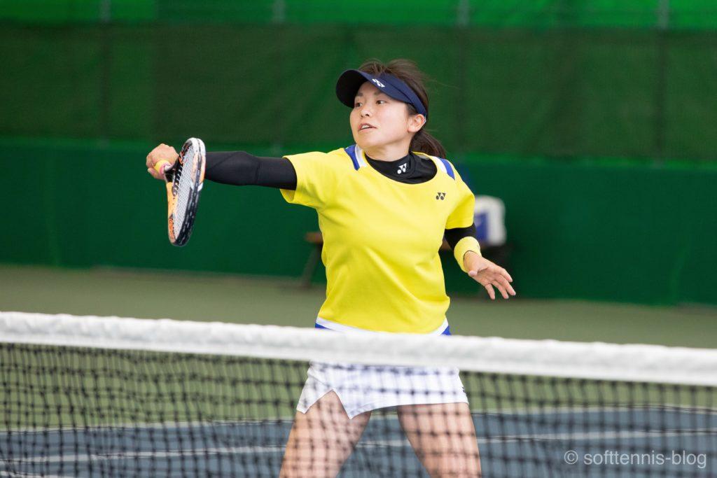 バックボレーをする女子選手の画像