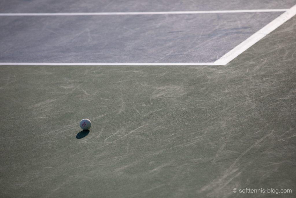 夕暮れのテニスコートの画像
