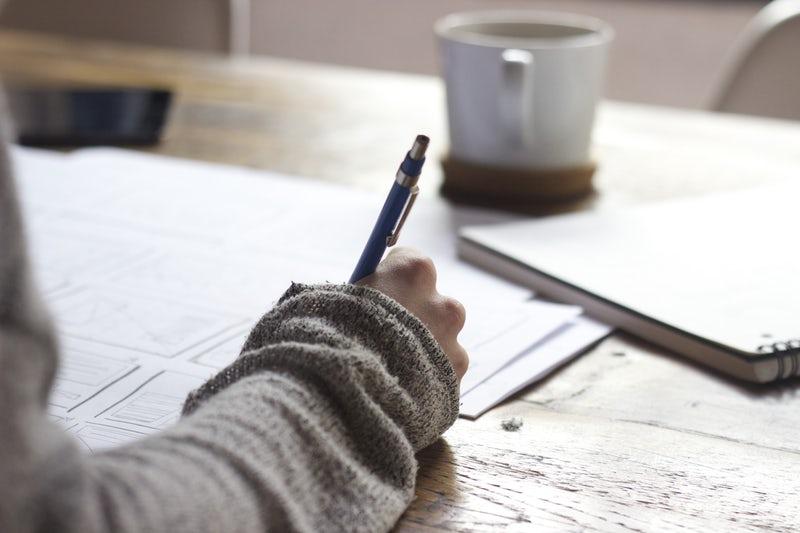 勉強をしている人の手元の画像