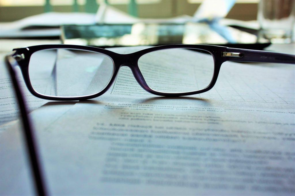 書類とメガネの画像
