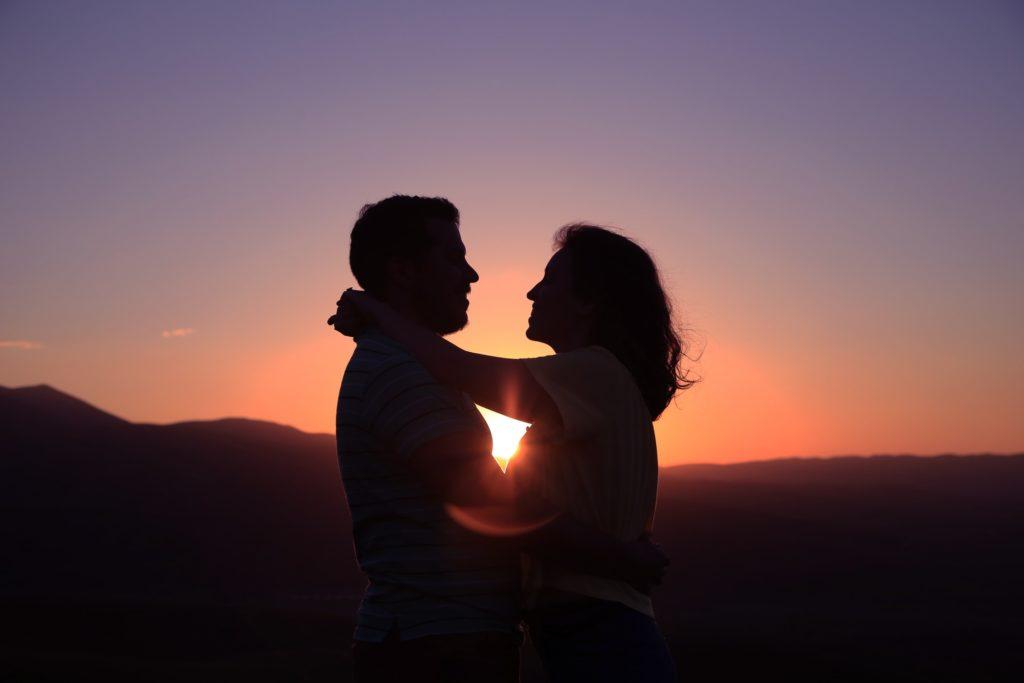 恋をする男女の画像