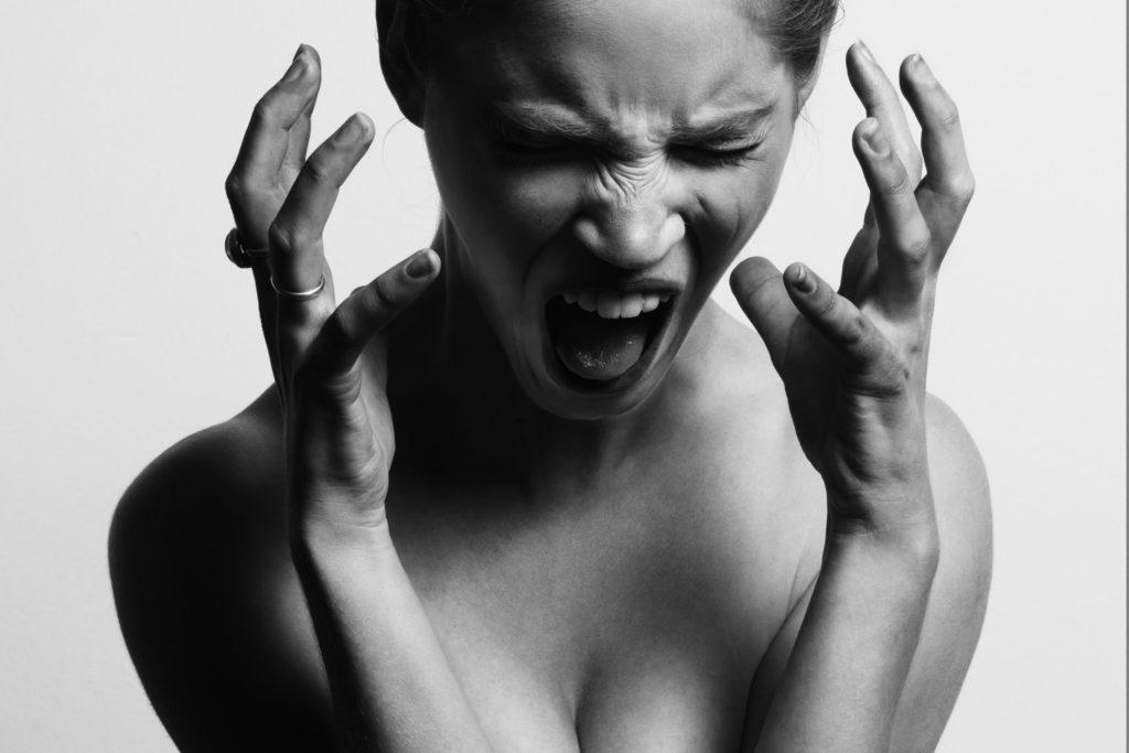 怒っている女性の画像