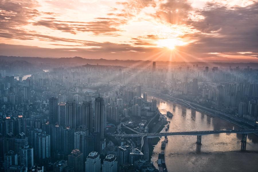 太陽が差し込む街の画像