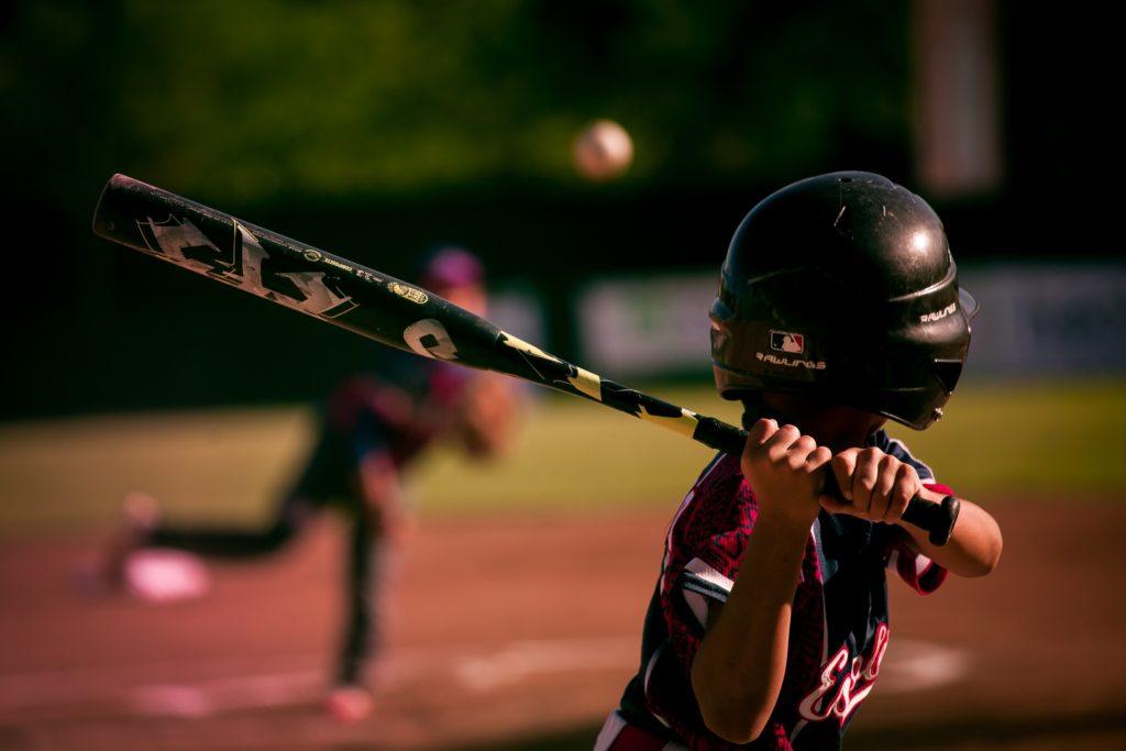 野球をする少年の画像