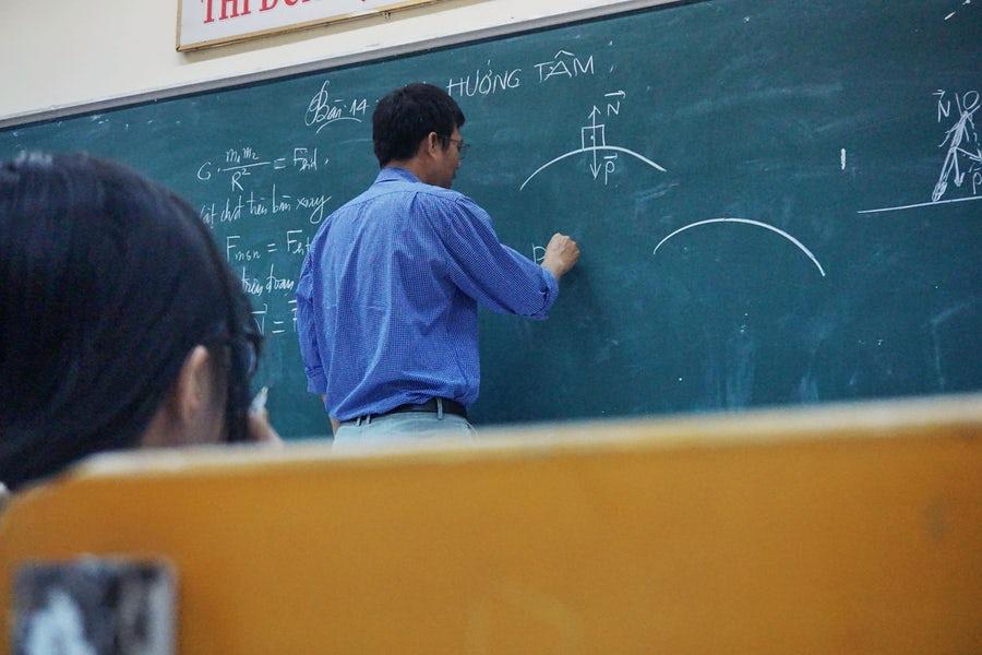 板書する教員