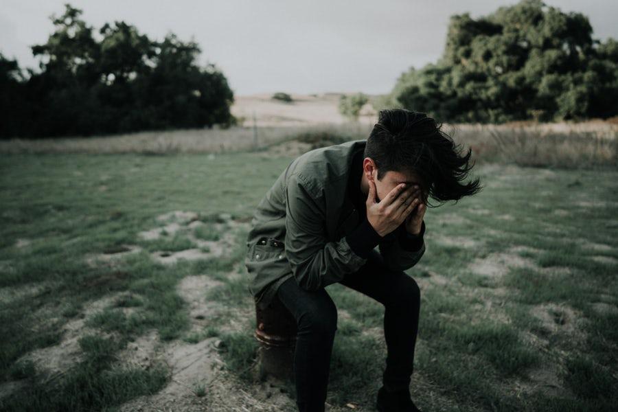 落ち込んでいる男性の画像