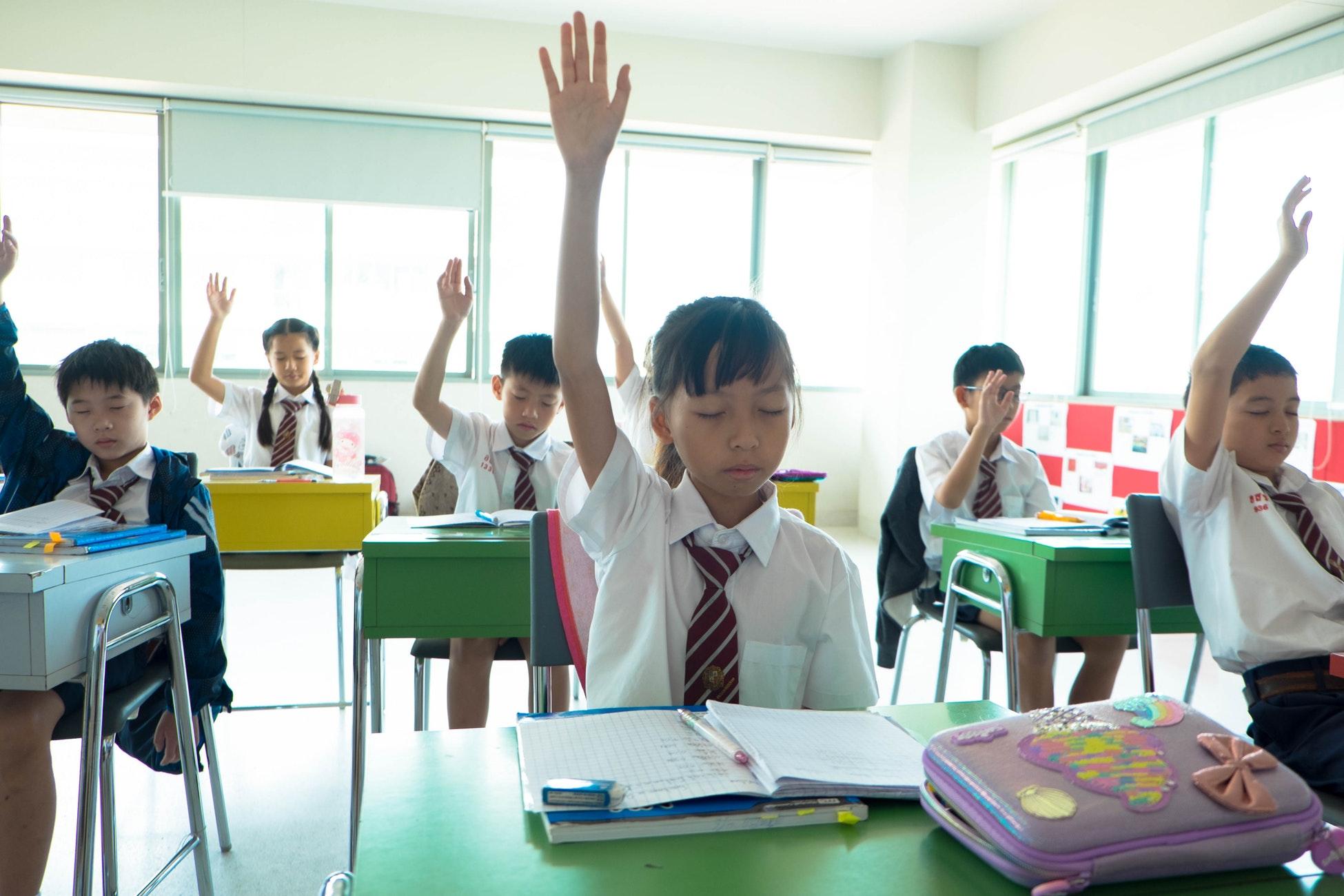 つまらなそうに手をあげる生徒