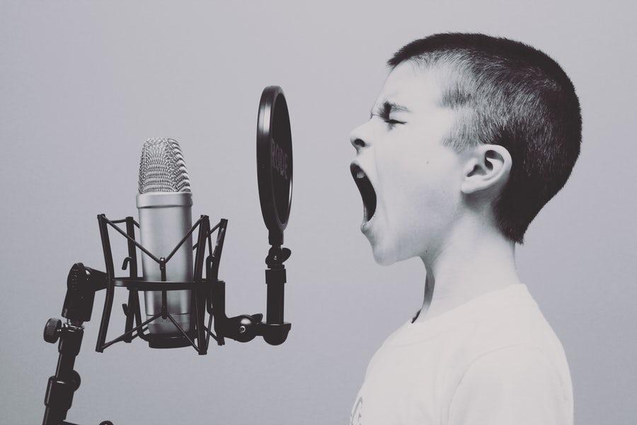 歌っている男子の画像