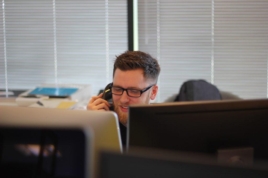 電話をしている男性の画像