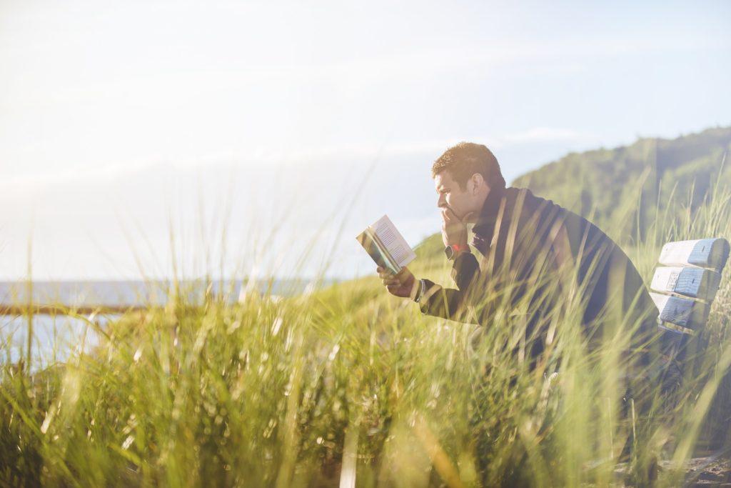 一人で読書している男性の画像