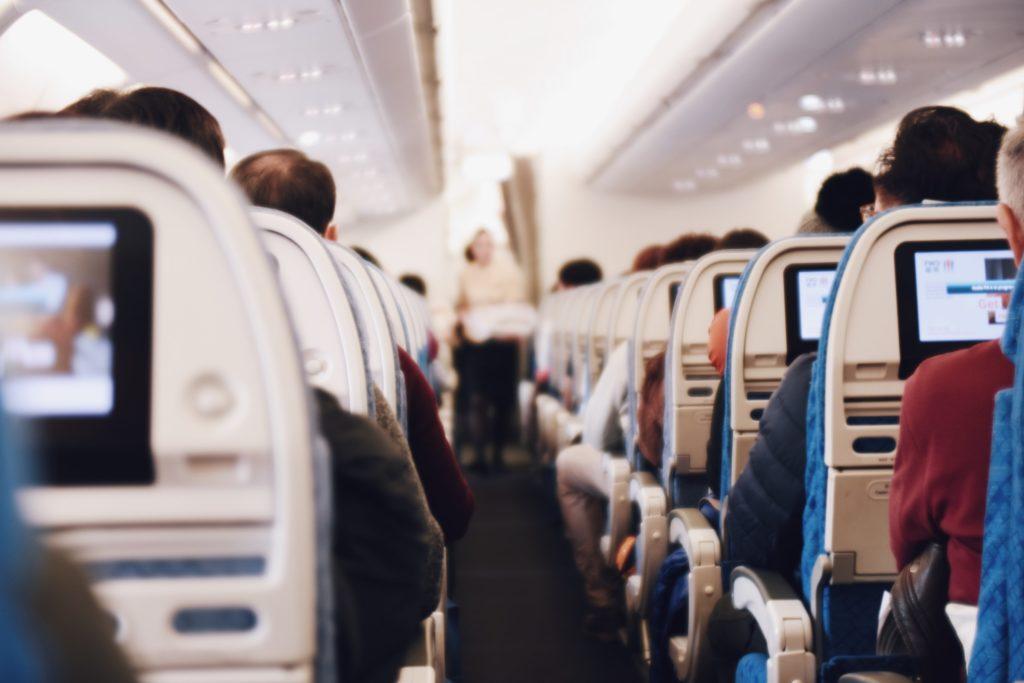 飛行機の機内の画像