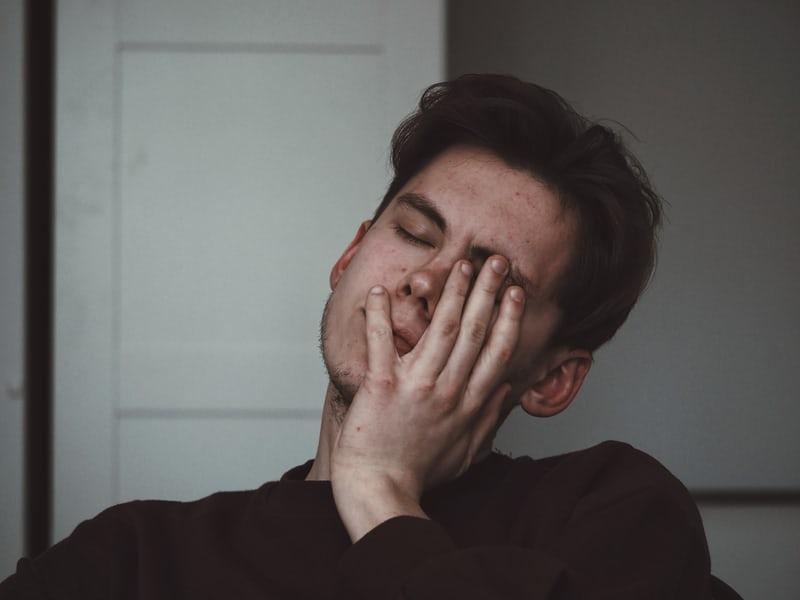 寝ている男性の画像