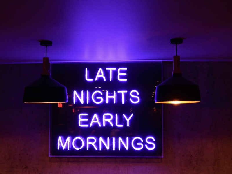 「late nights early mornings」と書いてある画像