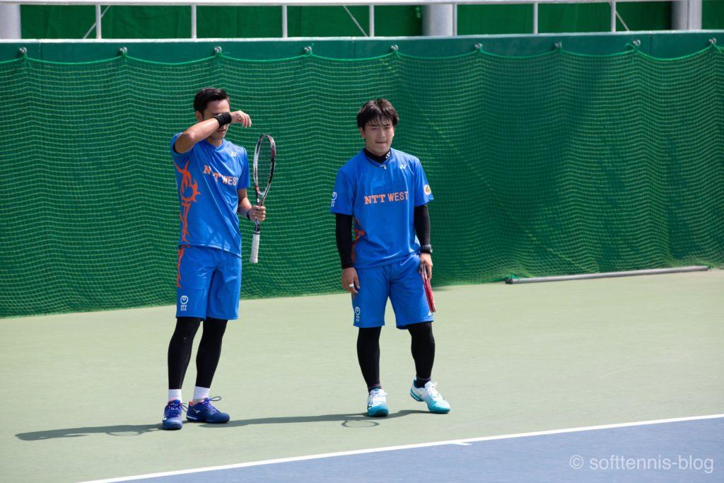 リストバンドで汗を拭う船水雄太選手(NTT西日本)の画像
