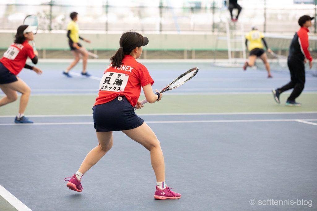 ボールホルダーをつけている女子選手(ソフトテニス)の画像