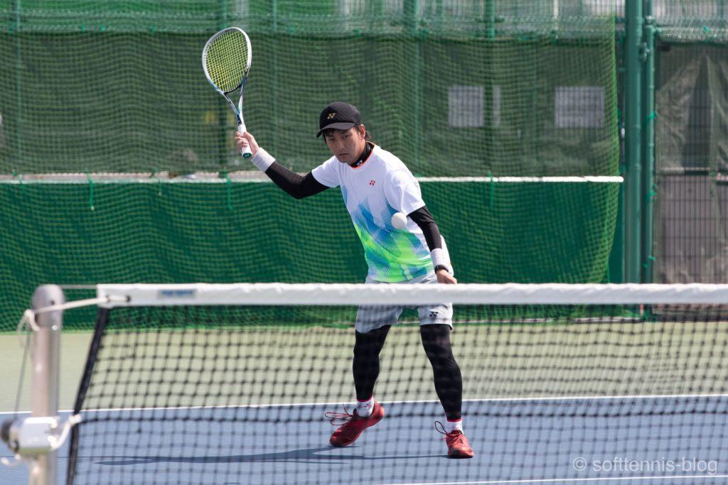 スライスを打つ中本選手の画像(ソフトテニス)
