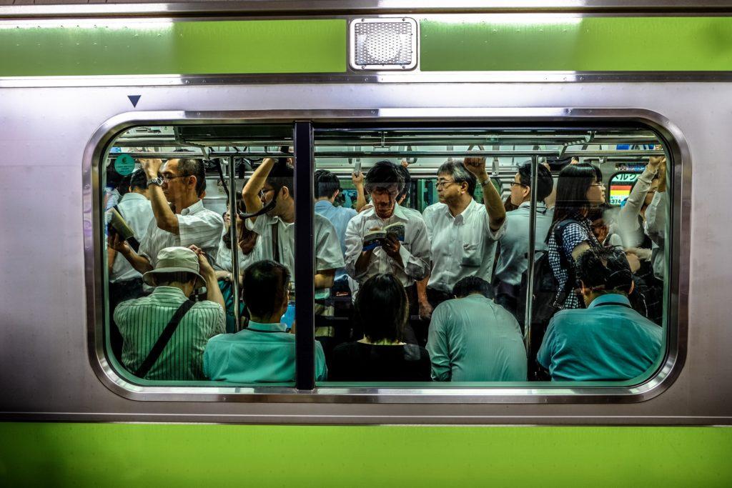 満員電車の画像