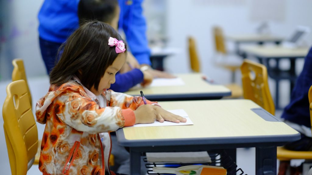 勉強する女の子の画像