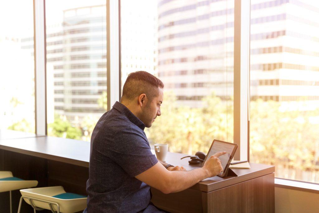 タブレットを使っている男性の画像