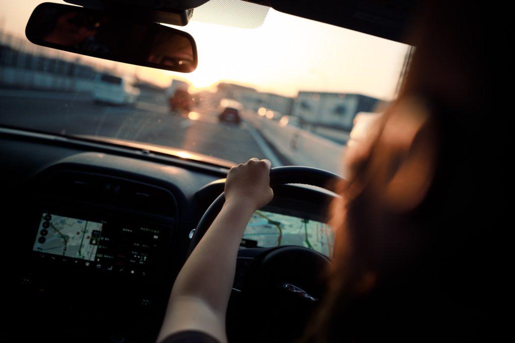 車の運転中の画像